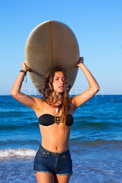 Barna hajú szörfös tinilány tart szörfdeszka tengerpart Stock fotó © lunamarina