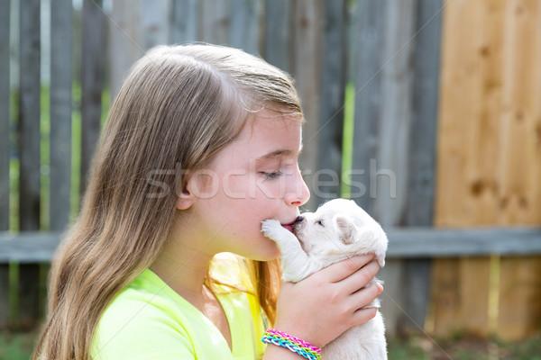 Foto stock: Loiro · criança · menina · cachorro · animal · de · estimação · jogar