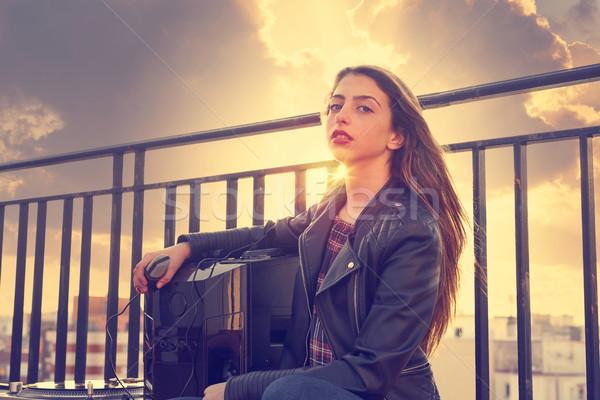 Adolescent Rock fille s'asseoir extérieur toit Photo stock © lunamarina