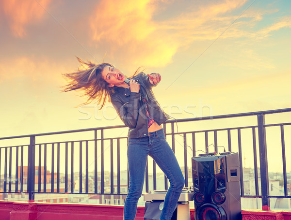Bande fille chanter karaoke extérieur toit Photo stock © lunamarina