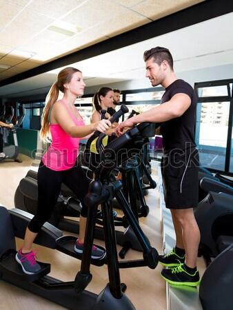 Súlyzó férfi tornaterem edzés fitnessz súlyemelés Stock fotó © lunamarina