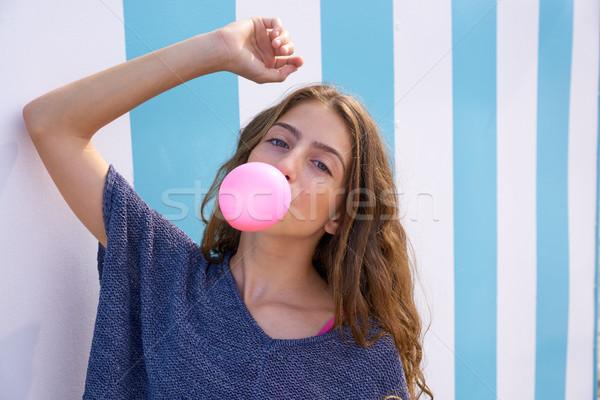 Brunette tienermeisje bubble gom Blauw Stockfoto © lunamarina