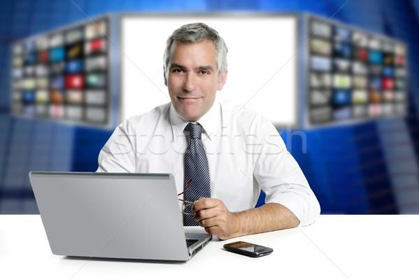 Siwe włosy telewizja wiadomości ekranu laptop uśmiechnięty Zdjęcia stock © lunamarina