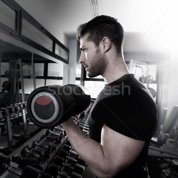 Hombre gimnasio entrenamiento bíceps fitness Foto stock © lunamarina