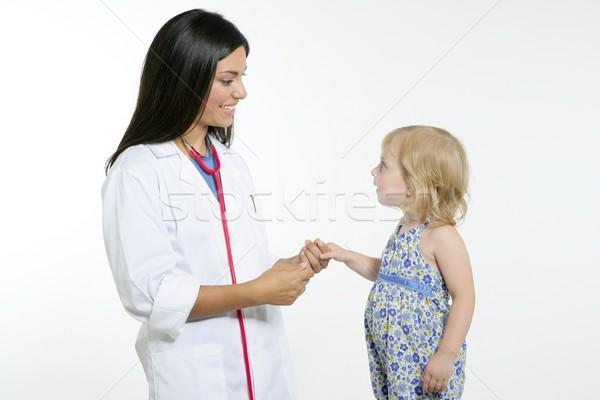 Esmer doktor sarışın küçük kız muayene kız Stok fotoğraf © lunamarina