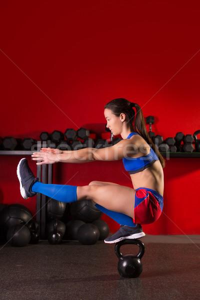 Kettlebell donna pistola equilibrio palestra allenamento Foto d'archivio © lunamarina