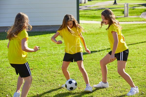 Ami filles adolescents jouer football football Photo stock © lunamarina