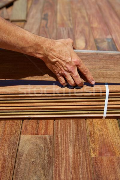 Cubierta instalación carpintero manos madera Foto stock © lunamarina