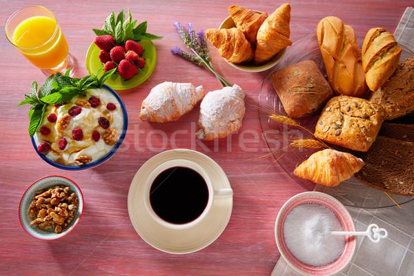 Café da manhã suco de laranja croissant pão morangos Foto stock © lunamarina