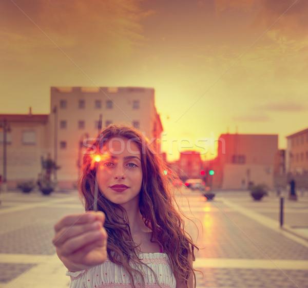 Tienermeisje zonsondergang stad hemel gelukkig mode Stockfoto © lunamarina