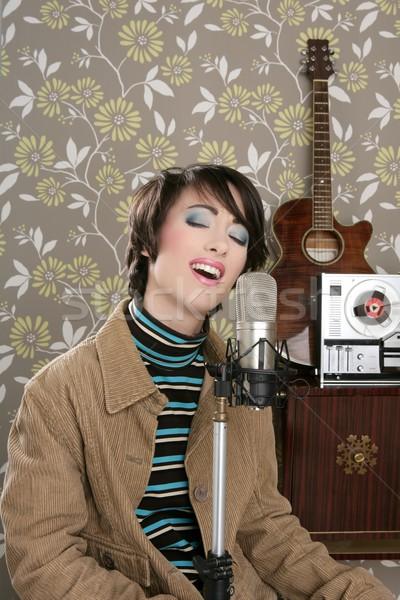 Retro 60s cantante mujer micrófono guitarra Foto stock © lunamarina