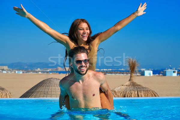 Turista casal piggyback infinito piscina praia Foto stock © lunamarina