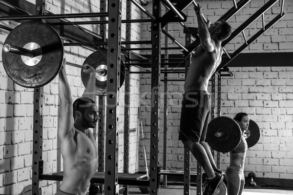 Barra con pesas levantamiento de pesas grupo levantamiento de pesas gimnasio entrenamiento Foto stock © lunamarina