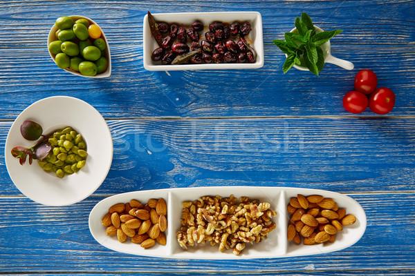 Mediterrânico tapas azeitonas pretas nozes azul mesa de madeira Foto stock © lunamarina