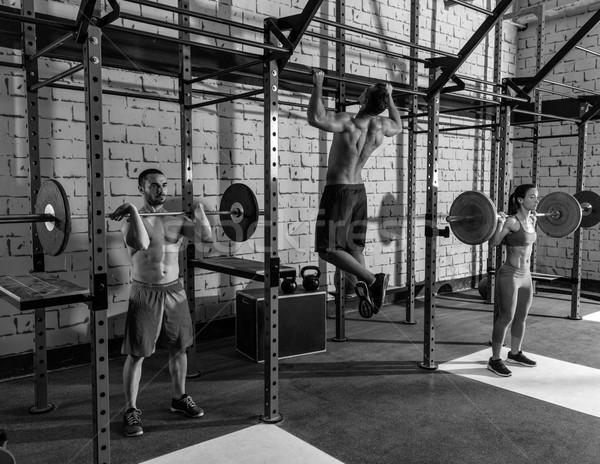 Barbell gewichtheffen groep gewichtheffen gymnasium training Stockfoto © lunamarina