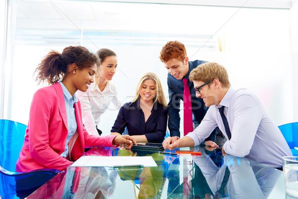 Többnemzetiségű csapatmunka fiatal üzletemberek megbeszélés dolgozik Stock fotó © lunamarina