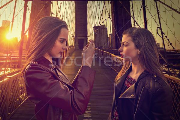 Tini turista lányok elvesz fotó híd Stock fotó © lunamarina