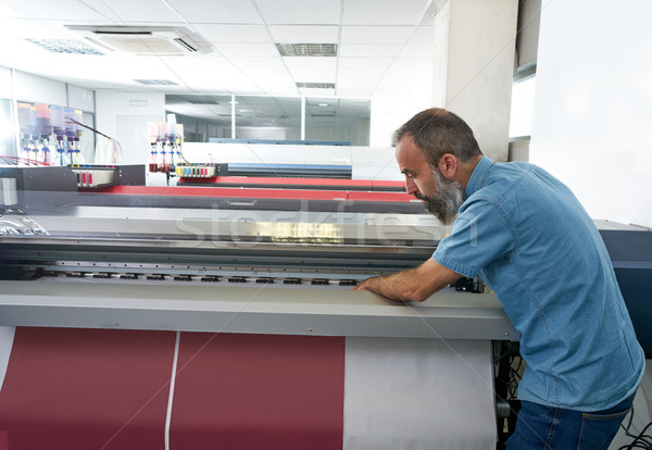 Man overdragen afdrukken industrie plotter printer Stockfoto © lunamarina