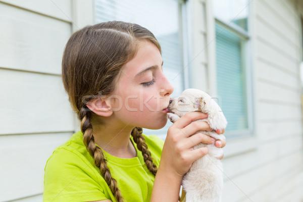 Meisje puppy huisdier hond spelen zoenen Stockfoto © lunamarina