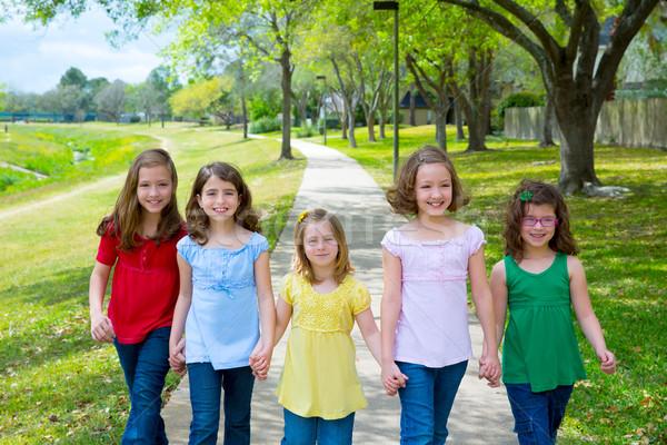 çocuklar grup kızlar arkadaşlar yürüyüş Stok fotoğraf © lunamarina