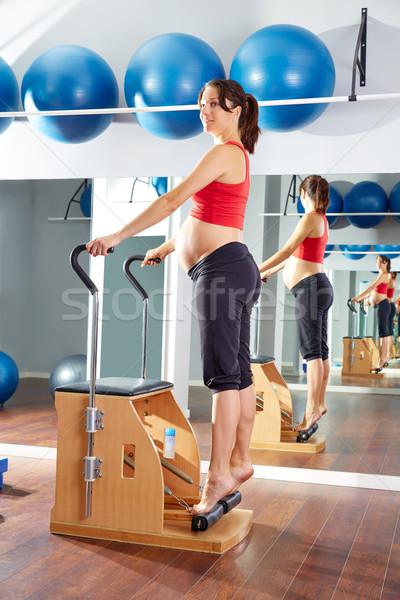 Zwangere vrouw pilates pees oefening stoel gymnasium Stockfoto © lunamarina