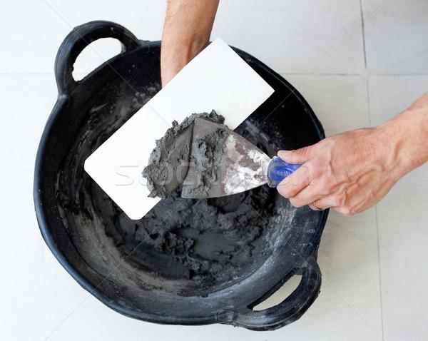 Albañil trabajador manos cemento espátula cubo Foto stock © lunamarina