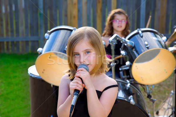 Foto stock: Loiro · criança · menina · cantando · quintal · bateria