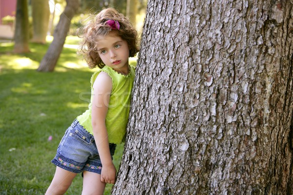 Belo olhos azuis little girl parque árvore grama verde Foto stock © lunamarina