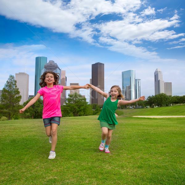 Zwei Schwester Mädchen Freunde läuft halten Stock foto © lunamarina