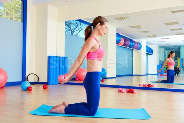 Pilates mujer arena pecho ejercicio Foto stock © lunamarina