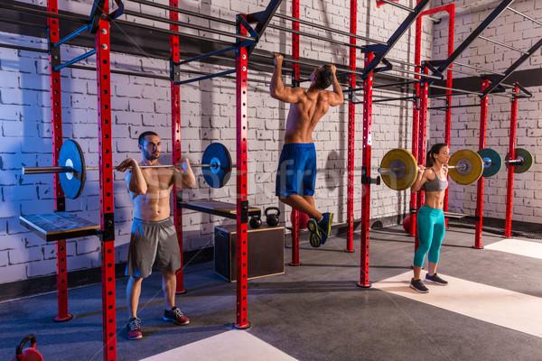 Barbell levantamento de peso grupo ginásio exercício Foto stock © lunamarina