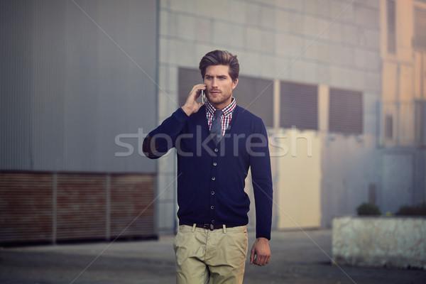 Stock fotó: Fiatal · üzletember · beszél · okostelefon · sétál · telefon