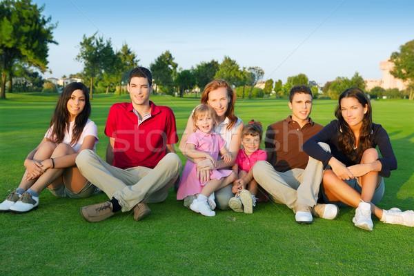 Foto stock: Família · amigos · pessoas · do · grupo · sessão · grama · verde · ao · ar · livre
