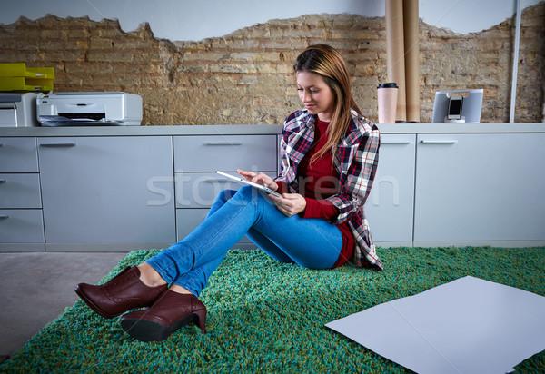 Egyetemi hallgató nő tabletta házi feladat ül otthon Stock fotó © lunamarina