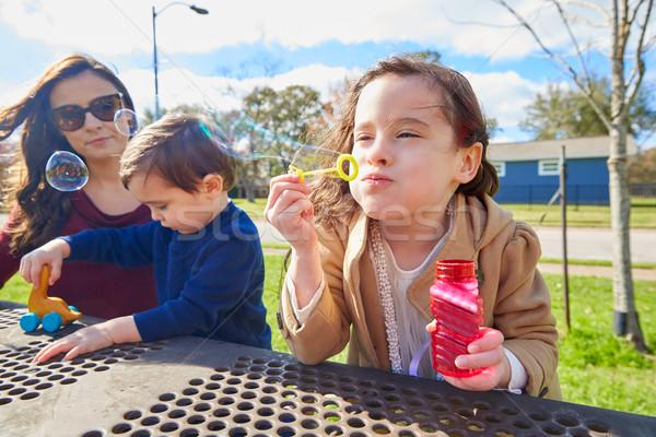 Anya lánygyermek fiú park buborékfújás család Stock fotó © lunamarina