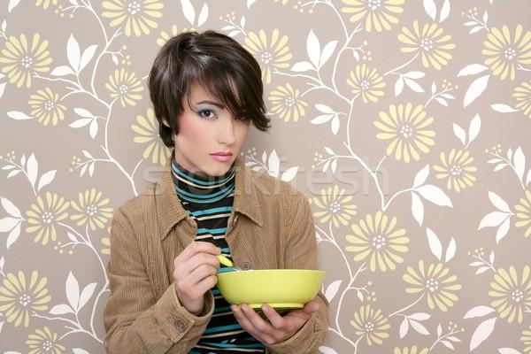 Płatki śniadaniowe puchar zupa naczyń retro kobieta Zdjęcia stock © lunamarina