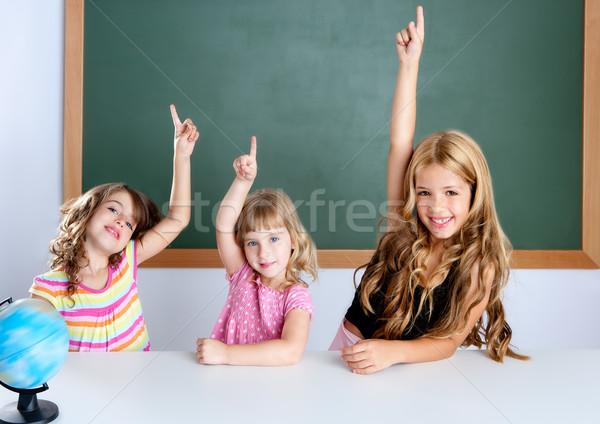 Foto stock: Crianças · estudante · inteligente · meninas · sala · de · aula · mão