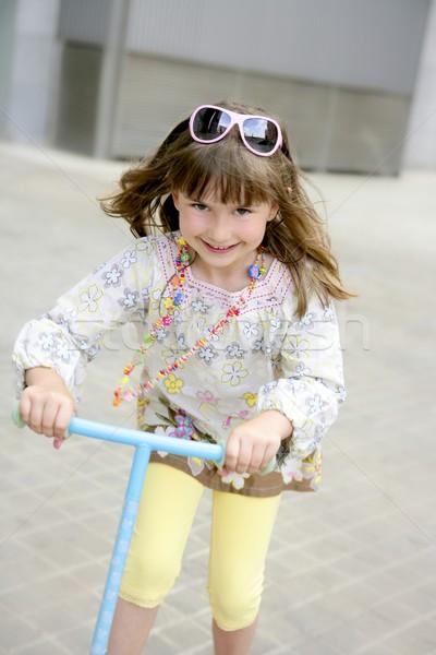 ストックフォト: ブルネット · 女の子 · スクーター · 市 · グレー · 少女