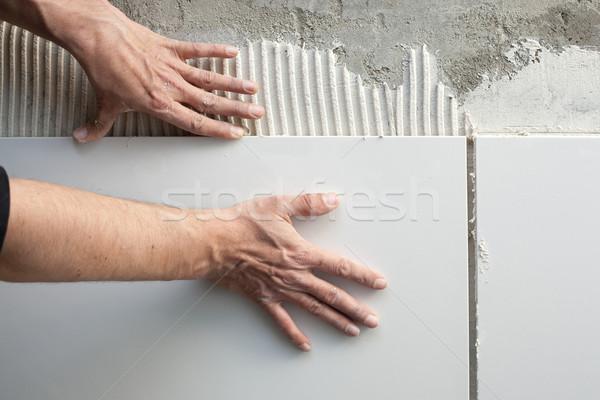 Photo stock: Construction · maçon · homme · mains · tuiles · travaux