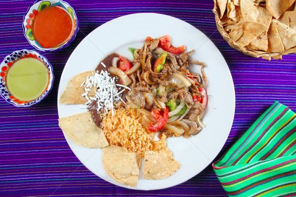 Fajitas wołowiny meksykańskie jedzenie nachos chili sos Zdjęcia stock © lunamarina