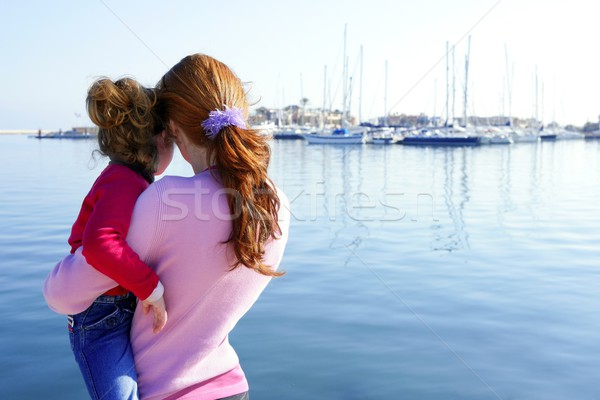Mère fille hug regarder bleu marina Photo stock © lunamarina