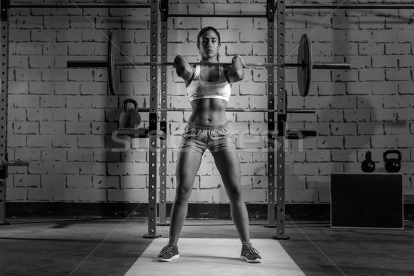 Súlyzó súlyemelés nő súlyemelés tornaterem edzés Stock fotó © lunamarina