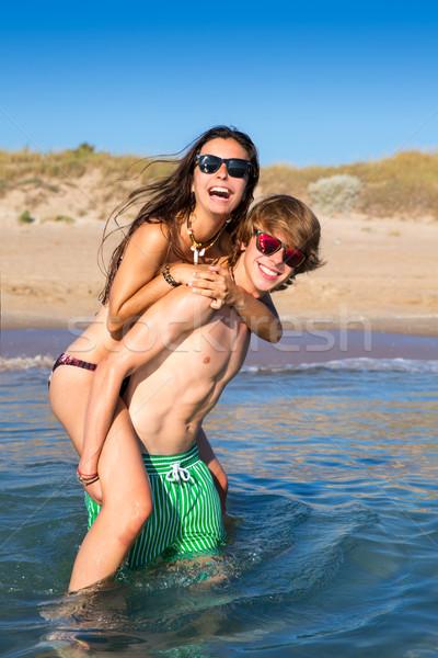 Tini pár élvezi háton nyár tengerpart Stock fotó © lunamarina