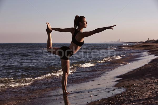 Pilates ioga exercício exercer ao ar livre praia Foto stock © lunamarina