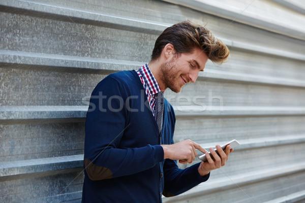 Fiatal üzletember sms chat okostelefon telefon utca Stock fotó © lunamarina