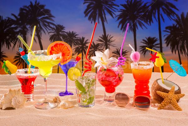 Foto stock: Tropicales · cócteles · arena · blanca · mojito · puesta · de · sol · palmeras