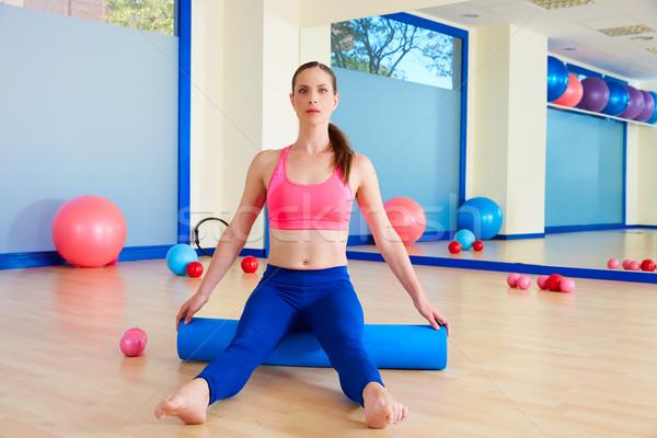 Pilates mujer ejercicio entrenamiento gimnasio sentarse Foto stock © lunamarina