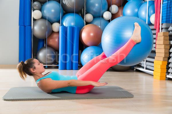 Ejercicio mujer pelota pierna pilates entrenamiento Foto stock © lunamarina