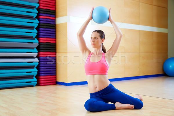 Pilates mujer estabilidad pelota ejercicio gimnasio Foto stock © lunamarina