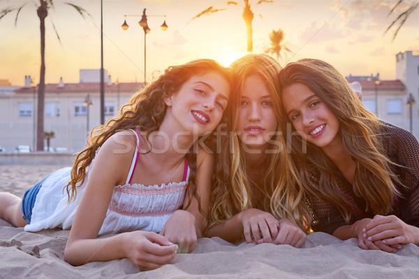 Лучшие друзья девочек закат песчаный пляж улыбаясь счастливым Сток-фото © lunamarina